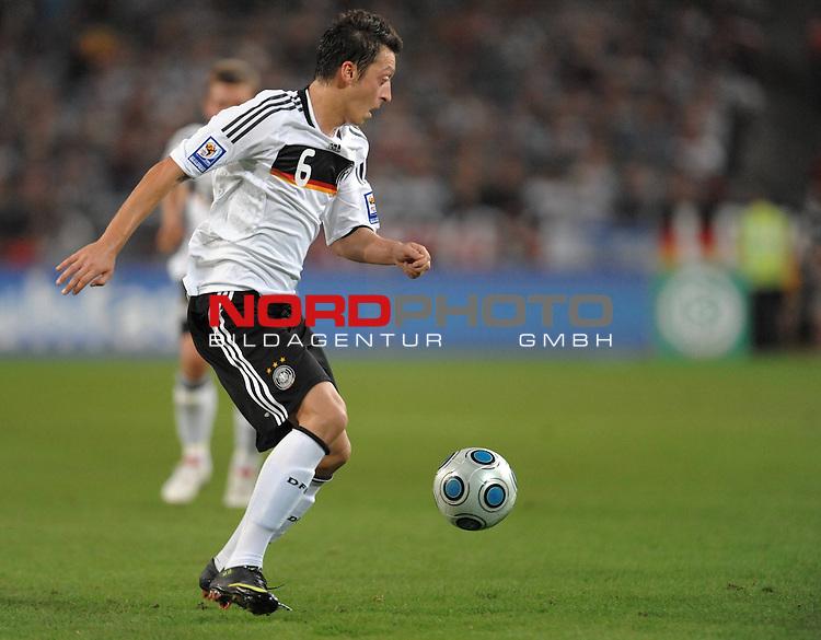 Fussball, L&auml;nderspiel, WM 2010 Qualifikation Gruppe 4 in D&uuml;sseldorf<br />  Deutschland (GER) vs. Aserbaidschan ( AZE )<br /> <br /> <br /> Mesut &Ouml;zil ( GER Bremen  # 06 )<br /> <br /> Foto &copy; nph (  nordphoto  )<br />  *** Local Caption *** <br /> <br /> Fotos sind ohne vorherigen schriftliche Zustimmung ausschliesslich f&uuml;r redaktionelle Publikationszwecke zu verwenden.<br /> Auf Anfrage in hoeherer Qualitaet/Aufloesung