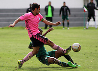 TUNJA -COLOMBIA-8-MAYO-2016. Juan Mahecha (Izq.) de Boyacá Chico disputa el balón con   La Equidad durante partido por la fecha 17 de Liga Águila I 2016 jugado en el estadio La Independencia./ Juan Mahecha (L) of Boyacá Chico fights for the ball with  Equidad during the match for the date 17 of the Aguila League I 2016 played at La Independencia stadium in Tunja. Photo: VizzorImage / César Melgarejo  / Contribuidor