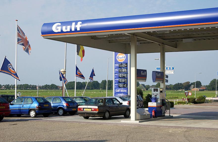 Nederland, Oosterland (omgev. den oever), 31 juli 2003<br />Tankstation van Gulf met bord waarop prijzen staan.<br />Brandstof, benzinepomp<br /><br />Foto (c) Michiel Wijnbergh/Hollandse Hoogte
