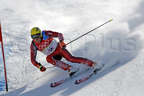 20 February 2006: Austrian skier Hermann Maier (AUT) rounds a gate during his first run in the Men's Giant Slalom at the Sestriere sub-area Colle during the 2006 Turin Winter Olympics. Photo: Neil Tingle/actionplus..060220 torino male man men ski skiing snow