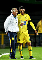 BOGOTA - COLOMBIA - 15 - 04 - 2017: Fernando Castro, (Izq.), técnico de Atletico Bucaramanga, da instrucciones a Yulian Anchico (Der.) jugador de Atletico Bucaramanga, durante partido de la fecha 13 entre Independiente Santa Fe y Atletico Bucaramanga, por la Liga Aguila I-2017, en el estadio Nemesio Camacho El Campin de la ciudad de Bogota. / Fernando Castro (L), coach of Atletico Bucaramanga, gives instructions to Yulian Anchico (R), player of Atletico Bucaramanga, during a match of the date 13 between Independiente Santa Fe and Atletico Bucaramanga, for the Liga Aguila I -2017 at the Nemesio Camacho El Campin Stadium in Bogota city, Photo: VizzorImage / Luis Ramirez / Staff.