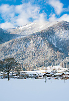 Deutschland, Bayern, Chiemgau, Bergsteigerdorf Schleching: mit Pfarrkirche St. Remigius und den Bergen der Chiemgauer Alpen | Germany, Upper Bavaria, Chiemgau, mountaineer village Schleching: winter scene with parish church St Remigius and Chiemgau Alps