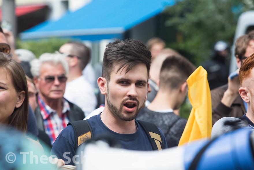 Der Berliner Identitären-Aktivist Karsten Vielhaber // Der Aufmarsch einiger hundert Anhänger der Identitären Bewegung wurde in Berlin blockiert. Die Rechten mussten nach weniger als einem Kilometer wieder umkehren.