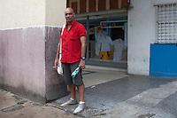 Cuba, l'Avana ritratto dello scrittore Jorge Angel Perez<br /> Cuba, La Havane, portrait de l'&eacute;crivain Jorge Angel Perez<br /> Cuba, Havana, portrait of the writer Jorge Angel Perezt