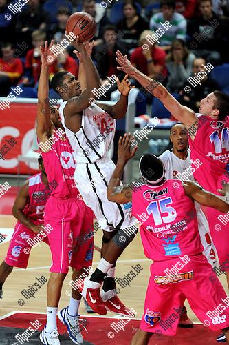 2011-10-25 / Basketbal / seizoen 2011-2012 / Antwerp Giants - Pepinster / Darnell Wilson (Giants) tussen vier spelers van Pepinster..Foto: Mpics
