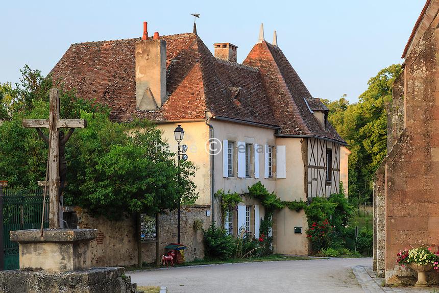 France, Allier (03), Verneuil-en-Bourbonnais, maisons donnant sur la place de l'église // France, Allier, Verneuil en Bourbonnais, houses facing the church square