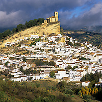 Spain, Andalusia, Province Granada, Montefrio: Church perched on rocky outcrop above traditional White Village | Spanien, Andalusien, Provinz Granada, Montefrio: weisses Dorf