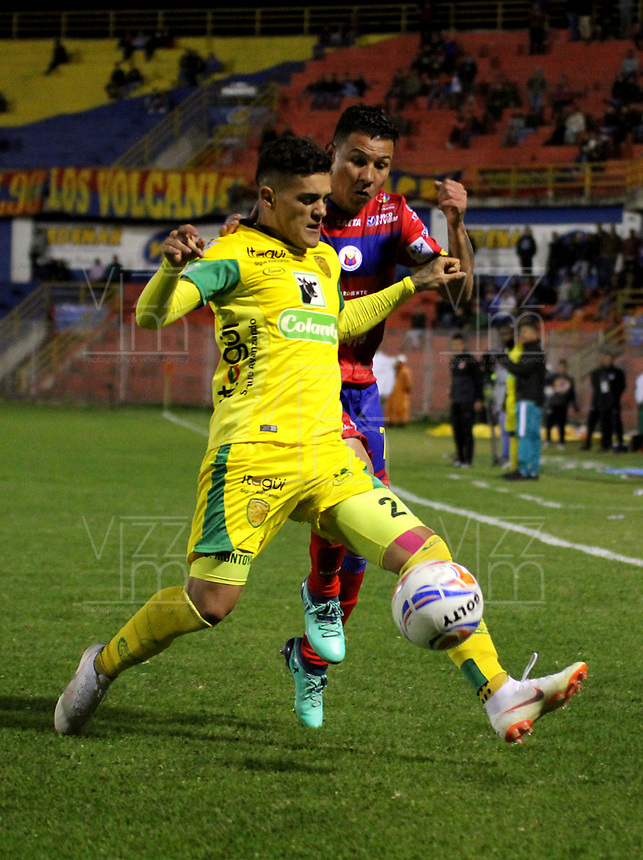 PASTO - COLOMBIA, 21-07-2018: Luis Carlos Arias (Der.) jugador de Deportivo Pasto disputa el balón con David Montoya (Izq.) jugador de Leones F. C., durante partido entre Deportivo Pasto y Leones F. C., de la fecha 5 por la Liga Águila II 2018, jugado en el estadio Departamental Libertad de la ciudad de Pasto.  / Luis Carlos Arias (R) player of Deportivo Pasto fights for the ball with David Montoya (L) player of Leones F. C., during a match between Deportivo Pasto and Leones F. C., of the 5th date for the Liga Aguila I 2018 at the Departamental Libertad stadium in Pasto city. Photo: VizzorImage. / Leonardo Castro / Cont.
