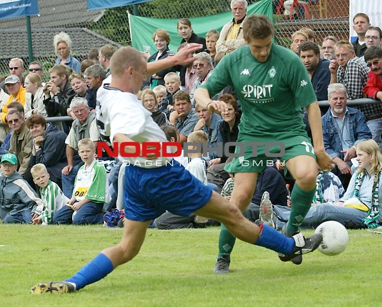 1. BL 2003/2004<br /> Testspiel Kickers Emden vs. SV Werder Bremen<br /> Ivan Klasnic (rechts) von Werder Bremen.<br /> (Info: Kickers Emden spielt in der Oberliga Niedersachsen/Bremen)<br /> Foto &copy; nordphoto <br /> <br />  *** Local Caption *** Foto ist honorarpflichtig! zzgl. gesetzl. MwSt.<br />  Belegexemplar erforderlich<br /> Adresse: nordphoto<br /> Georg-Reinke-Strasse 1<br /> 49377 Vechta