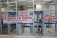 ATENCAO EDITOR IMAGEM EMBARGADA PARA VEICULOS INTERNACIONAIS  - SAO PAULO, SP , 18/09/2012 - GREVE BANCARIOS SP. - Os bancários de todo o País entraram em greve por tempo indeterminado a partir de hoje 18. As reivindicações dos trabalhadores, que pedem 10,25%, sendo 5,0% de aumento real. Além do reajuste salarial, os trabalhadores pleiteiam mudanças na participação nos lucros e resultados (PLR). Na foto agencia da caixa economica federal na rua libero badaro, centro de SP<br /> FOTO VAGNER CAMPOS / BRAZIL PHOTO PRESS