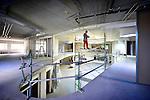 NIEUWEGEIN - In Nieuwegein is Vink + Veenman uit Waddinxveen begonnen met de afbouw van de Brede School Lekboulevard Hoog Zandveld. In opdracht van de gemeente ontwierp Topos Architecten een 3200 m2 groot complex dat ruimte gaat beiden aan 3 basisscholen, 1 kinderdagverblijf en een buitenschoolse opvang met peuterspeelzaal. Om verschillende functies aan te geven is de school opgebouwd uit vier gebouwdelen die allen een grote gemeenschappelijk atrium delen. Elk gebouwdeel krijgt op de eerste etage zijn eigne glazen voorgevel terwijl op de begane grond de gevels zijn voorzien van hout met daarin hoge brede en smalle ramen. Het gebouw moet in de herfst klaar zijn. COPYRIGHT TON BORSBOOM