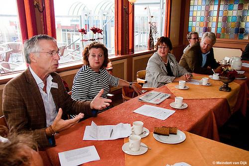 Dijkgraaf Henk van 't Land (Noorderzijlvest) in Holwerd aan het woord tijdens een presentatie bij werkbezoek van deltacommissaris Wim Kuijken aan het Waddengebied.