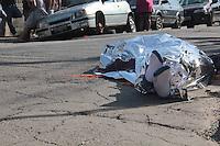 SÃO PAULO,SP, 17.11.2015 - CRIME-SP - Dois suspeitos de cometerem roubo de celular usando uma moto foram linchados na rua Dr.Carmelo D'agostinho no bairro Jardim Rincão zona norte da cidade na manhã desta terça-feira (17). Um dos suspeitos morreu no local e o outro levado em estado grave para um hospital da região. Segundo informações a dupla já agia à algum tempo no bairro. ( Foto : Marcio Ribeiro / Brazil Photo Press)