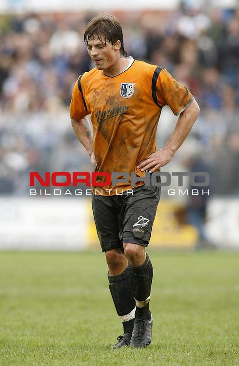 RLN 2007/2008 12. Spieltag Hinrunde<br /> BSV Kickers Emden -  1. FC Magdeburg 1:0<br /> Abgeschlagen nach der Niederlage und gezeichnet von den Emdener Bodenverh&auml;ltnissen: Bj&ouml;rn Lindemann (Magdeburg#27)<br /> Foto &copy; nph (  nordphoto  )<br /> <br /> <br /> <br />  *** Local Caption ***