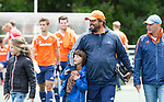 DEN HAAG - Bondscoach Max Caldas met twee van zijn kinderen na  de trainingswedstrijd hockey Nederland-Argentinie (1-2). rechts assistent Taco vd Honert.  COPYRIGHT KOEN SUYK