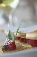 """Europe/France/2A/Corse-du-Sud/Porto-Vecchio: Hotel-Restaurant """"Casadelmar"""" route de Palombaggia Transparence de Mangue fin millefeuille aux framboises - recette de Davide Bisetto"""