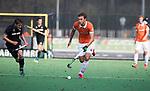 BLOEMENDAAL  - Manu Stockbroekx (Bldaal)   met Koen Bakhuis (HGC)   Hoofdklasse competitie heren, Bloemendaal-HGC (7-2). COPYRIGHT KOEN SUYK