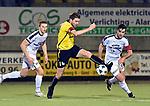 2018-02-17 / voetbal / seizoen 2017-2018 / Oosterzonen - Berchem / Tim Verstraete (m) (Berchem) tussen Stig Cools (l) (Oosterzonen) en Toon Janssen (r) (Oosterzonen)