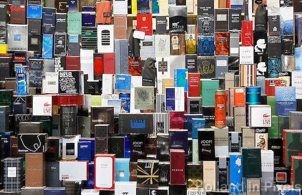 Nederland Beverwijk 2017  . De Bazaar in Beverwijk. De Bazaar in Beverwijk is al 37 jaar de plek waar uiteenlopende culturen samenkomen en is de grootste overdekte markt in Europa. De Bazaar bestaat uit verschillende marktdelen. Herengeuren te koop.   Foto Berlinda van Dam / Hollandse Hoogte