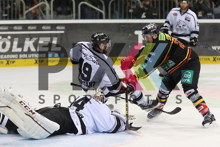 Nuernbergs Tyler Beskorowany (Nr.34) haelt, Duesseldorfs Manuel Strodel (Nr.20)  schiebt Nuernbergs Kyle Klubertanz (Nr.49)  uebers Eis beim Spiel in der DEL Duesseldorfer EG - Nuernberg Ice Tigers.<br /> <br /> Foto &copy; PIX-Sportfotos *** Foto ist honorarpflichtig! *** Auf Anfrage in hoeherer Qualitaet/Aufloesung. Belegexemplar erbeten. Veroeffentlichung ausschliesslich fuer journalistisch-publizistische Zwecke. For editorial use only.