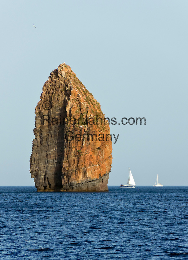 ITA, Italien, Sizilien, Liparischen Inseln, Hauptinsel Lipari: Segelboot passiert alleinstehenden Felsen Pietralunga an der Suedwestkueste | ITA, Italy, Sicily, Aeolian Islands or Lipari Islands, main island Lipari: sailboat passing single rock Pietralunga at southwest coast