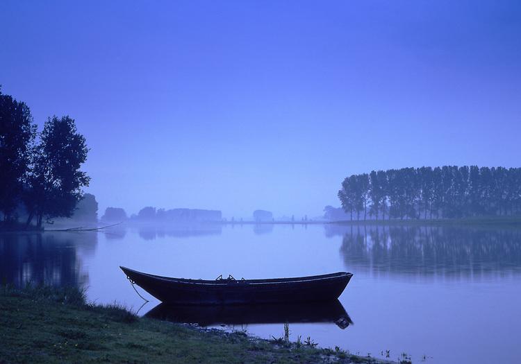Europa, DEU, Deutschland, Nordrhein Westfalen, Niederrhein, Rheinland, Xanten, Naturschutzgebiet Bislicher Insel, Kahn am Alten Rheinarm im Abendlicht, Kernstueck dieses in der Rheinaue gelegenen Naturschutzgebietes sind der ueber fuenf Kilometer lange Xantener Altrhein mit seinem reichen Spektrum an Wasser- und Uferpflanzengesellschaften sowie die Weichholzauenwaelder bzw. deren Entwicklungsstadien. Im Uferbereich sind noch Reste von Weiden- und Eschen-Ulmen-Auwald vorhanden. Der Xantener Altrhein ist einer der floristisch-vegetationskundlich bedeutendsten Altarme des Niederrheins., Kategorien und Themen, Natur, Umwelt, Landschaft, Landschaftsfotos, Landschaftsfotografie, Landschaftsfoto, Naturschutz, Naturschutzgebiete, Landschaftsschutz, Biotop, Biotope, Landschaftsschutzgebiete, Landschaftsschutzgebiet, Oekologie, Oekologisch, Typisch, Landschaftstypisch, Landschaftspflege......[Fuer die Nutzung gelten die jeweils gueltigen Allgemeinen Liefer-und Geschaeftsbedingungen. Nutzung nur gegen Verwendungsmeldung und Nachweis. Download der AGB unter http://www.image-box.com oder werden auf Anfrage zugesendet. Freigabe ist vorher erforderlich. Jede Nutzung des Fotos ist honorarpflichtig gemaess derzeit gueltiger MFM Liste - Kontakt, Uwe Schmid-Fotografie, Duisburg, Tel. (+49).2065.677997, schmid.uwe@onlinehome.de, www.image-box.com]