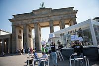 Berlin, Der mobile TTIP Leseraum der Organisation Greenpeace in einem glaesernen Container in dem man die bislang geheimen Dokumente zum europaeisch-amerikanischen Freihandelsabkommen TTIP einsehen kann, steht am Dienstag (10.05.2016) vor dem Brandenburger Tor. Foto: Steffi Loos/CommonLens