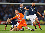 Paul Hartley gets away from Wesley Sneijder and Steven Naismith
