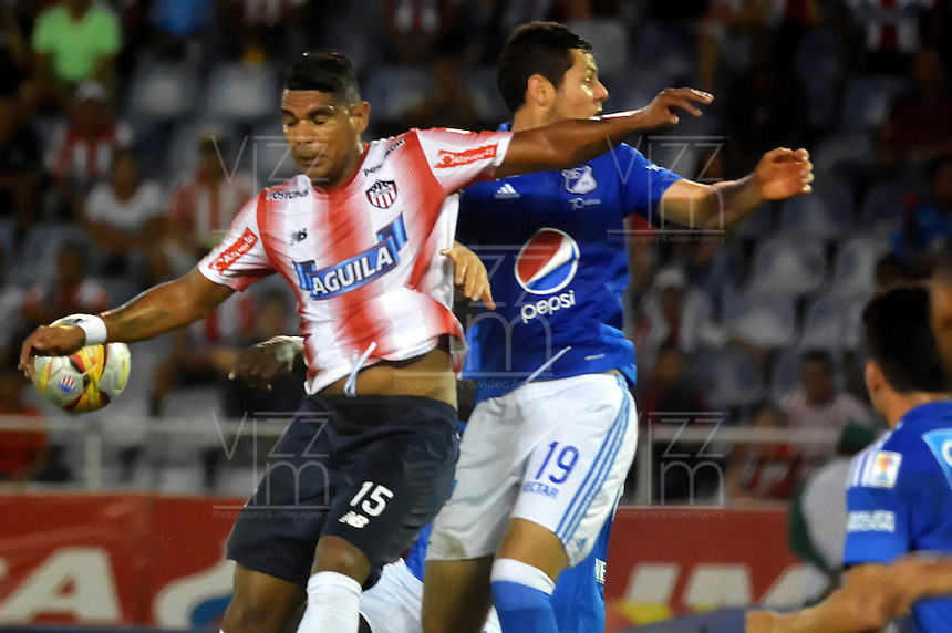 BARRANQUILLA  -COLOMBIA, 3-11-2016. Luis Narvaez  (Izq.) jugador del Junior disputa el balón con  Pedro Franco(Der.) de Millonarios    durante encuentro  por la fecha 15 de la Liga Aguila II 2016 disputado en el estadio Metropolitano Roberto Meléndez ./ Luis Narvaez (L) player of Junior  fights for the ball with  Pedro Franco (R) player of Millonarios  during match for the date 15 of the Aguila League II 2016 played at Metropolitano Roberto Melendez stadium . Photo:VizzorImage / Alfonso Cervantes  / Contribuidor