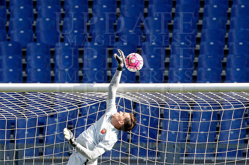 Calcio, Serie A: Roma vs Napoli. Roma, stadio Olimpico, 25 aprile 2016.<br /> Roma's goalkeeper Wojciech Szczesny saves the ball during the Italian Serie A football match between Roma and Napoli at Rome's Olympic stadium, 25 April 2016.<br /> UPDATE IMAGES PRESS/Riccardo De Luca