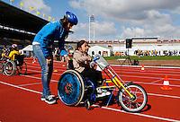 De Open Dag is hét evenement van het jaar voor de Johan Cruyff Foundation. Sportdag in het Olympisch stadion voor kinderen mét en zonder handicap. Vrijwilligster helpt met handbiken