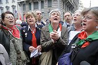 """25/04/2015  - Milano, 70° anniversario della  Liberazione dal nazifascismo, manifestazione nazionale. Susanna Camusso, segretario nazionale del sindacato CGIL, canta """"Bella Ciao"""""""