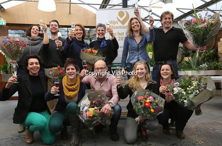 Foto: VidiPhoto<br /> <br /> VENLO - De beste bloemist van Nederland komt uit Limburg. Nizza Bloembinders uit Venlo is door zowel consumenten, vakjury als mystery shoppers als beste bloemist beoordeeld. Het bloemistenechtpaar Tom en Lilian Ebus werd donderdag door zowel personeel als klanten uitgebreid in het zonnetje gezet. De landelijke verkiezing &quot;Mijn Bloemist van het Jaar&quot; wordt tweejaarlijks georganiseerd door de branchevereniging voor bloemisten (VBW). Het is dit jaar voor het eerst dat de verkiezing plaatsvindt. Klanten van Nizza krijgen deze week een witte roos cadeau.