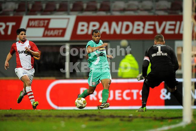 EMMEN - Voetbal, FC Emmen - FC Dordrecht, Jens Vesting, seizoen 2013-2014, 07-02-2014,   FC Dordrecht speler Erixon Danso  heeft alle ruimte om de bal voor te brengen