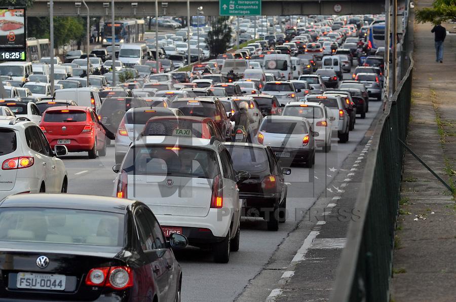SÃO PAULO, SP, 15.05.2015 – TRÂNSITO EM SÃO PAULO: Trânsito na Av. 23 de Maio, próximo ao Parque do Ibirapuera, zona sul de São Paulo na tarde desta sexta feira. (Foto: Levi Bianco / Brazil Photo Press).