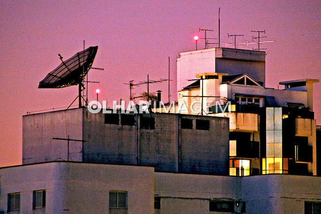 Antena parabólica em edifício, Perdizes, São Paulo. 2004. Foto de Juca Martins.