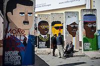 Berlin, Berliner Mauerstuecke mit Bilder von Syriens Baschar al-Assad (v.l.), Zimbabwe Robert Mugabe, North Koreas Kim Jong-Il und Chads Idriss Deby am Dienstag (23.04.2013) in Berlin, Deutschland..