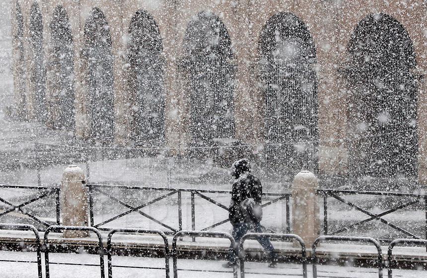 Una veduta del Colosseo, durante una nevicata a Roma, 11 febbraio 2012..A man walks by the Colosseum during a snowfall in Rome, 11 february 2012..UPDATE IMAGES PRESS/Riccardo De Luca