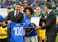 20180410 - FERRARA , ITALY : Italian Sara Gama pictured receiving a jersey and gift for her 100th cap for Italy ahead of the female soccer game between Italy and the Belgian Red Flames , the fifth game in the qualificaton for the World Championship qualification round in group 6 for France 2019, Tuesday 10 th April 2018 at Stadio Paolo Mazza / Stadio Comunale in Ferrara , Italy . PHOTO SPORTPIX.BE | DAVID CATRY
