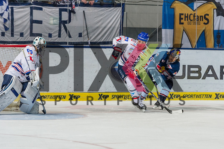 Eishockey, DEL, EHC Red Bull M&uuml;nchen - Adler Mannheim <br /> <br /> Im Bild Daniel SPARRE (EHC Red Bull M&uuml;nchen, 40) schl&auml;gt den Puck vom Schl&auml;ger von Sinan AKDAG (Adler Mannheim, 7) in Tor zum 1:1  beim Spiel in der DEL EHC Red Bull Muenchen - Adler Mannheim.<br /> <br /> Foto &copy; PIX-Sportfotos *** Foto ist honorarpflichtig! *** Auf Anfrage in hoeherer Qualitaet/Aufloesung. Belegexemplar erbeten. Veroeffentlichung ausschliesslich fuer journalistisch-publizistische Zwecke. For editorial use only.