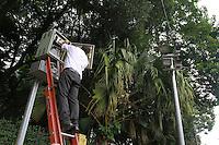 SAO PAULO, SP, 8 DE MAIO DE 2012- FISCALIZAÇAO DE RADARES-  O Ipem (Instituto de Pesas e Medidas de Sao Paulo) realizou nesta terça, a verificaçao e fiscalizaçao dos medidores de velocidade, localizados na Av Francisco Matarazzo, Barra Funda, Sao Paulo. FOTO: GEORGINA GARCIA / BRAZIL PHOTO PRESS