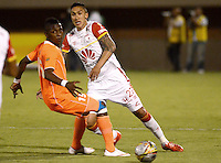 ENVIGADO -COLOMBIA-01-05-2015. Yony Gonzalez (Izq) de Envigado FC disputa el balón con Ricardo Villarraga (Der) de Independiente Santa Fe durante partido por la fecha 18 de la Liga Águila I 2015 realizado en el Polideportivo Sur de la ciudad de Envigado./ Yony Gonzalez (L) of Envigado FC fights for the ball with Ricardo Villarraga (R) of Independiente Santa Fe during match for the 18th date of the Aguila League I 2015 at Polideportivo Sur in Envigado city.  Photo: VizzorImage/León Monsalve/STR