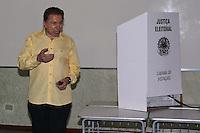 SAO PAULO, SP, 26.10.2014 - ELEICOES - SILVIO SANTOS - O apresentador Silvio Santos registra seu voto neste domingo no bairro do Morumbi na região sul da cidade de Sao Paulo. (Foto: Vanessa Carvalho / Brazil Photo Press).