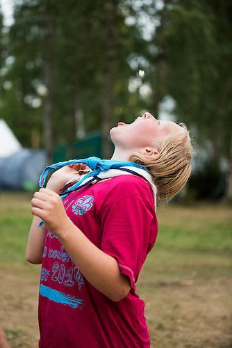 20140805 Vilda-l&auml;ger p&aring; Kragen&auml;s. Foto f&ouml;r Scoutshop.se<br /> skriker, dag, gr&auml;s, l&auml;gerplats, t&auml;lt, scout, mot himlen