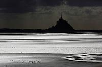 urope/France/Normandie/Basse-Normandie/50/Manche/ Vains : Baie du Mont Saint-Michel, classée Patrimoine Mondial de l'UNESCO, Le Mont Saint-Michel  depuis   la Pointe du Grouin du Sud  // Europe/France/Normandie/Basse-Normandie/50/Manche/ Vains : Bay of Mont Saint Michel, listed as World Heritage by UNESCO,  The Mont Saint-Michel since  Pointe du Grouin du Sud