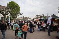 Gross-Gerau 28.04.2017: Frühlingserwachen in der Innenstadt Groß-Gerau<br /> Guter Besuch an den Ständen auf dem Marktplatz<br /> Foto: Vollformat/Marc Schüler, Schäfergasse 5, 65428 R'heim, Fon 0151/11654988, Bankverbindung KSKGG BLZ. 50852553 , KTO. 16003352. Alle Honorare zzgl. 7% MwSt.