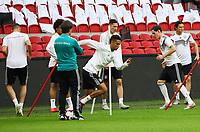 Bundestrainer Joachim Loew (Deutschland Germany) beobachtet Thilo Kehrer (Deutschland Germany)beim Sprinttraining - 12.10.2018: Abschlusstraining der Deutschen Nationalmannschaft vor dem UEFA Nations League Spiel gegen die Niederlande