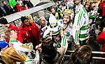 Stockholm 2015-03-14 Bandy SM-final herrar Sandvikens AIK - V&auml;ster&aring;s SK :  <br /> V&auml;ster&aring;s Tobias Holmberg med sitt barn efter matchen mellan Sandvikens AIK och V&auml;ster&aring;s SK <br /> (Foto: Kenta J&ouml;nsson) Nyckelord:  SM SM-final final Bandyfinal Bandyfinalen herr herrar VSK V&auml;ster&aring;s SAIK Sandviken jubel gl&auml;dje lycka glad happy