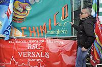 - 17/12/2015 - Manifestazione nazionale dei dipendenti ENI davanti alla sede centrale di San Donato Milanese, contro la svendita del settore chimico di Versalis (ex Enichem), con quattromila posti di lavoro a rischio.<br /> <br /> - 12/17/2015 - National demonstration of ENI workers in front of headquarters in San Donato Milanese, against the sell-off of Versalis chemical  industry (former Enichem), with four thousand jobs at risk.
