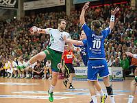 Pavel Horak (FAG) am Ball gegen Patrick Wiencek und vorne Dennis Krause (beide VFL)